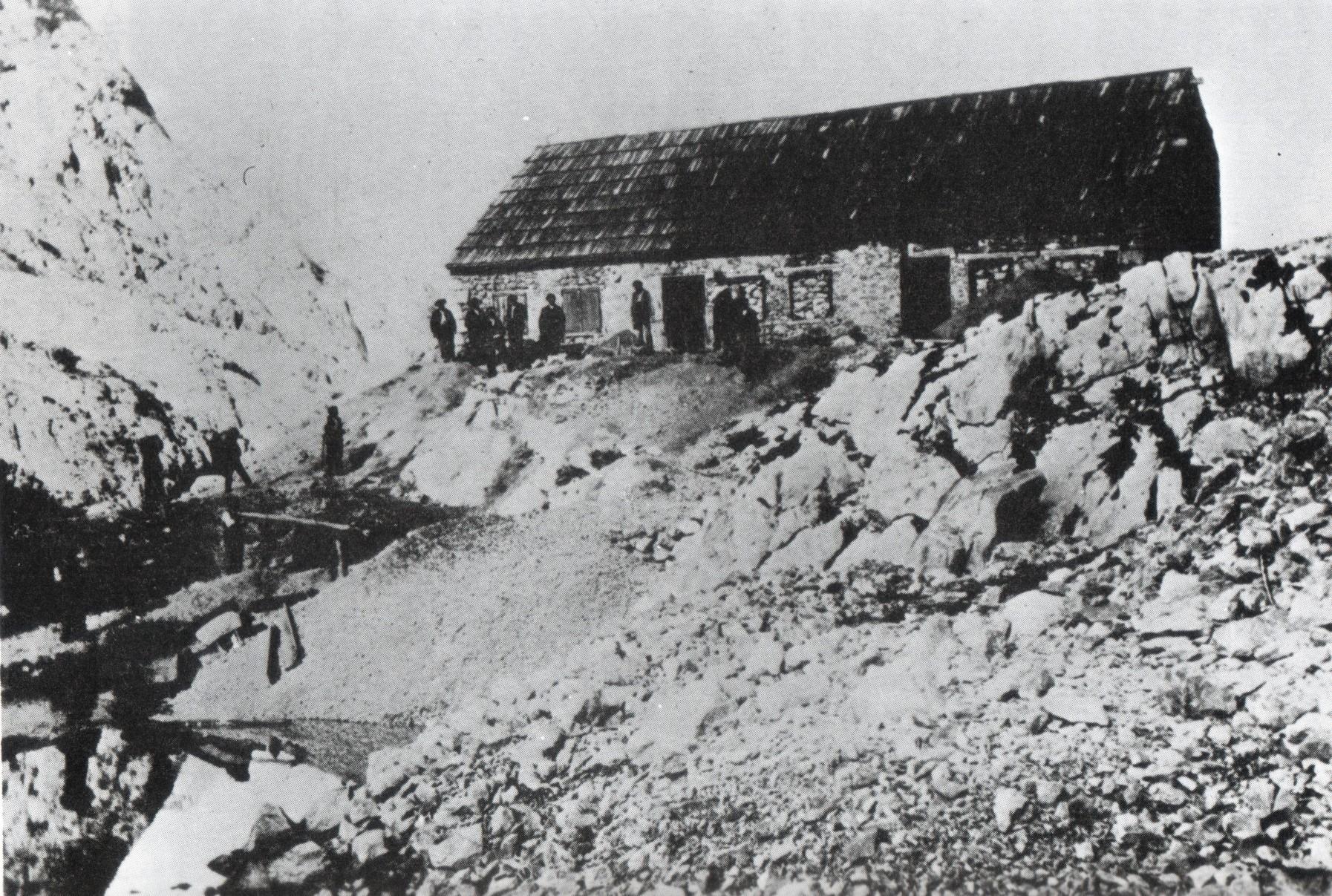 Casetón de las minas de Liordes y su lavadero de mineral en 1891. Foto del Conde Saint-Saud